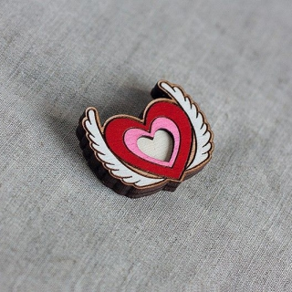Деревянный значок #030 (Крылатое сердце)
