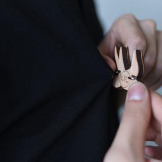 Деревянный значок ласточка