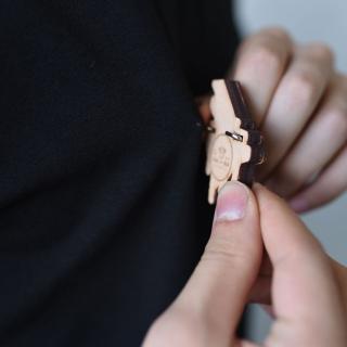 Деревянный значок рояль