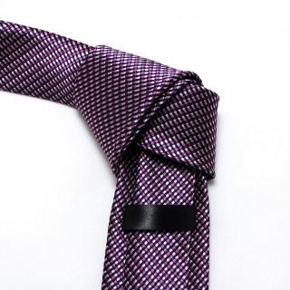 Узкий лиловый галстук в мелкую клетку
