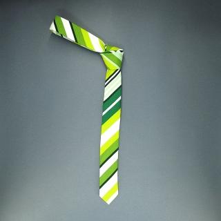 Недорогой узкий мужской галстук зеленого цвета с фактурным узором.