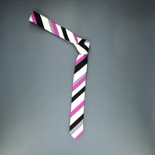 Недорогой узкий мужской галстук розового цвета в полоску.