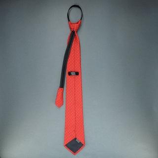 Недорогой узкий мужской галстук красного цвета с фактурным узором.