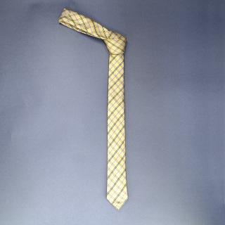 Недорогой узкий мужской галстук бежевого цвета в клетку.