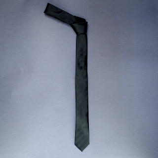 Недорогой узкий стильный мужской галстук черного цвета.