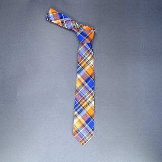Недорогой узкий мужской галстук оранжевого цвета в клетку.