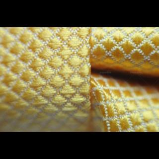 Бабочка для мужчин желтого цвета с фактурой