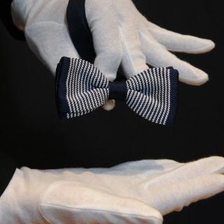 Вязаная галстук-бабочка в сине-белую полоску