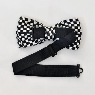 Вязаная шахматная черно-белая бабочка