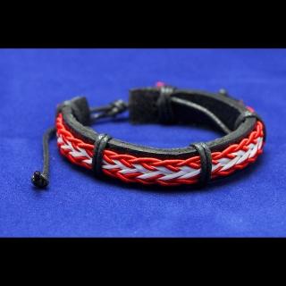 Черный кожаный браслет с красной нитью