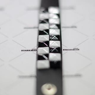 Черно-белый браслет из кожи
