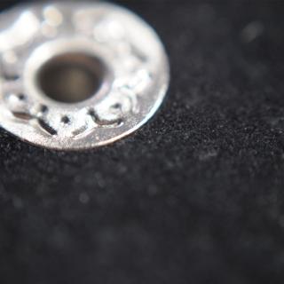 Черный браслет с заклепками