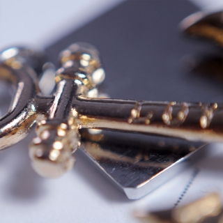 Белый плетеный браслет с якорем