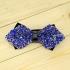 Недорогая модная галстук-бабочка из плотной хлопковой ткани с узором в виде синих кристаллов. thumb