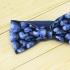 Недорогая одная галстук-бабочка синего цвета из плотной хлопковой ткани с узором в виде черники thumb